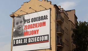 """Niepełnosprawny mężczyzna pozwał PiS. Poczuł się obrażony billboardem """"PiS odebrał złodziejom miliony i dał je dzieciom"""""""