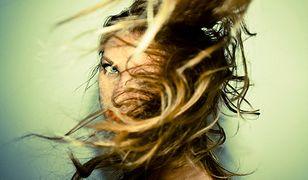 Dzięki długim włosom można wykonać niemal każdy rodzaj upięcia
