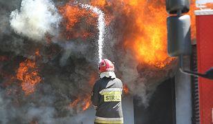 Mazowieckie. 22 zastępy straży pożarnej walczą z pożarem w gospodarstwie