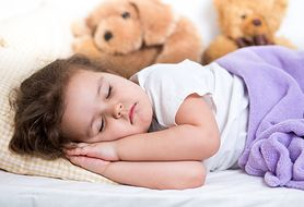 Spokojny sen podczas choroby. Jakich leków nie podawać dziecku przed snem?