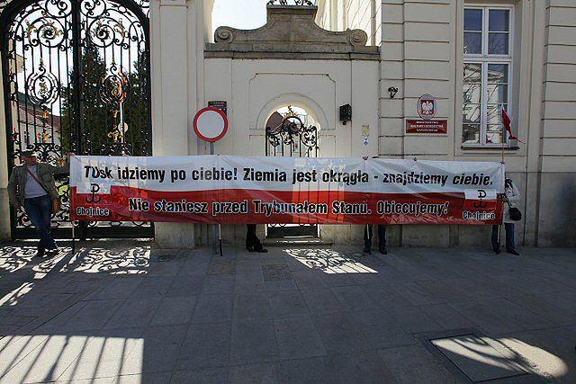 PiS pod Pałacem Prezydenckim obchodzi 2. rocznicę katastrofy smoleńskiej