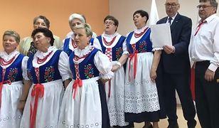 """Wiceminister Stanisław Szwed zaśpiewał z seniorami. """"Życie jest piękne"""""""