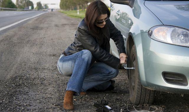Jak skorzystać z pomocy w razie kłopotów na drodze?