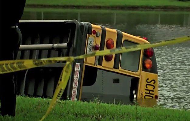 USA: szkolny autobus z 27 uczniami wpadł do stawu