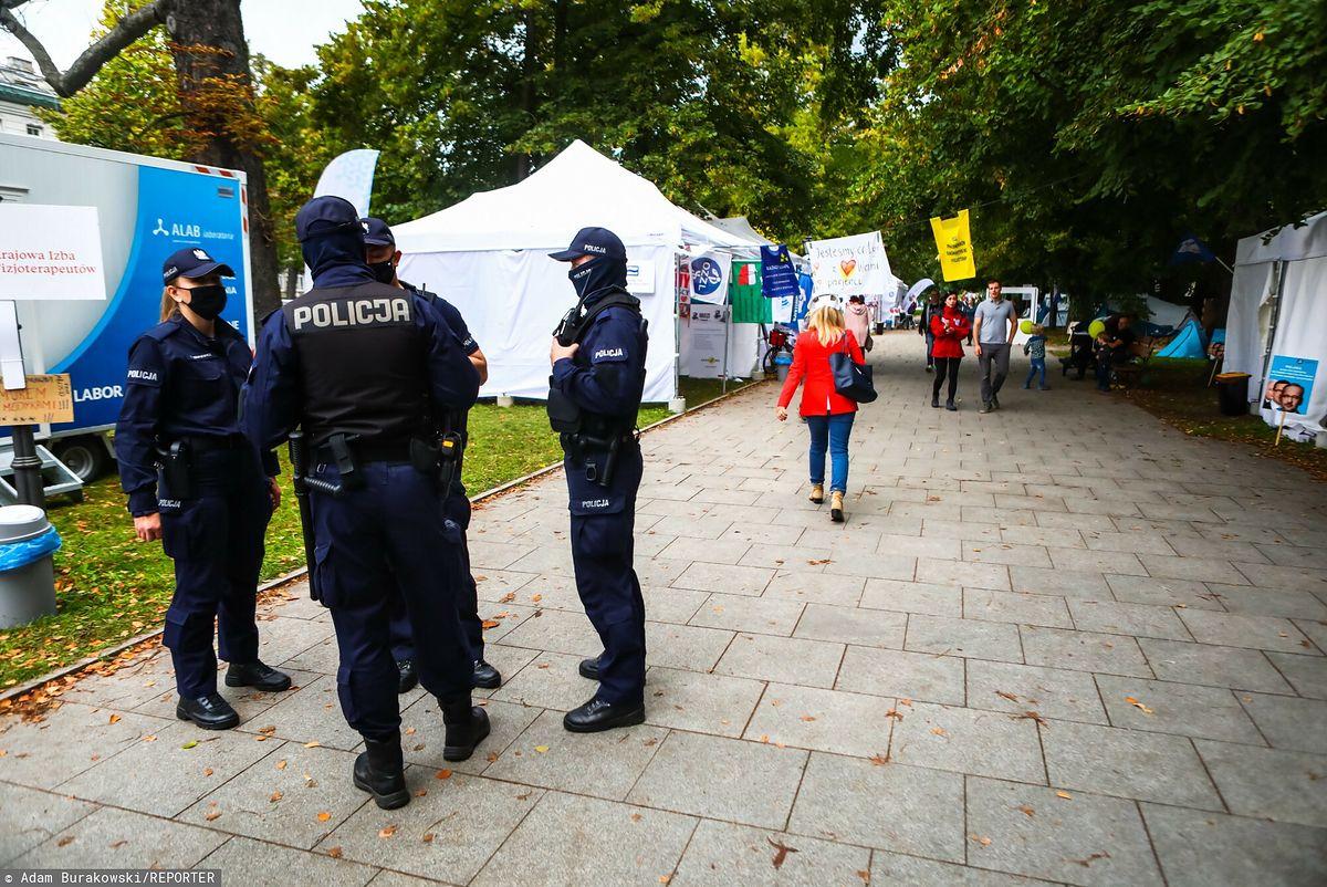 Policja patrolująca teren Białego Miasteczka