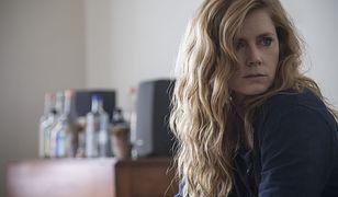 """""""Ostre przedmioty"""" HBO: Witaj w pijanym świecie Camille. Zanim ją potępisz, spróbuj zrozumieć"""
