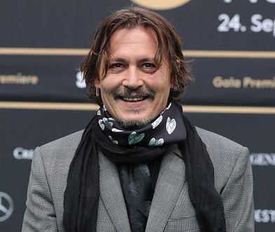 Szczęśliwy Johnny Depp na lotnisku. Uśmiech nie schodził mu z twarzy