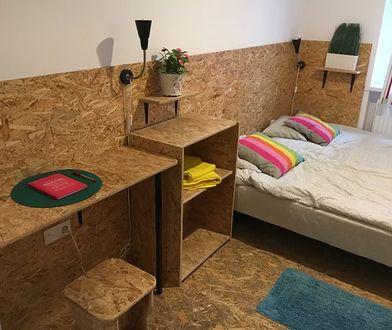 Meble w mieszkaniu a także podłoga są wykonane ze sklejki.