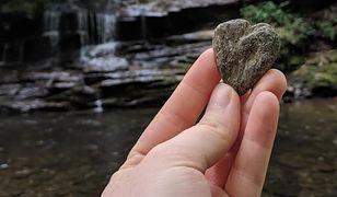 Dziewczyna czuła, że postąpiła źle zabierając kamień z parku