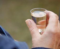 Szczepienie na COVID-19 a alkohol. Zbadano, czy osłabia efekt zastrzyku