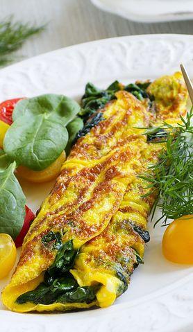 Znudziły ci się klasyczne omlety? Dodaj do nich szpinak i ciesz się ich nowym smakiem