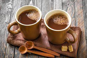 Kakao kontra karob. Zdrowszy zamiennik popularnego napoju