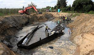 Wrak wydobytej łodzi ma ponad 30 metrów długości