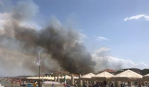 """Pożar we włoskim kurorcie. Ludzie uciekają z plaż. """"Sytuacja wymknęła się spod kontroli"""""""