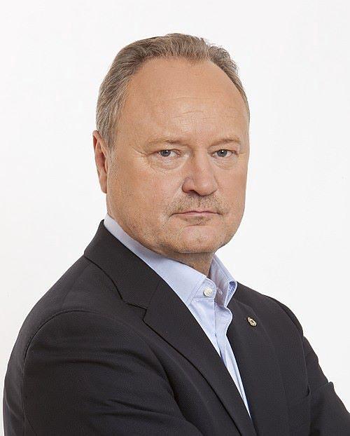 Janusz Szewczak jest prawnikiem, politykiem i autorem książek na temat finansów publicznych