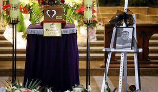 """Tłumy na pogrzebie """"Krzykacza"""". Zamiast kwiatów rodzina dostanie sporą sumę"""