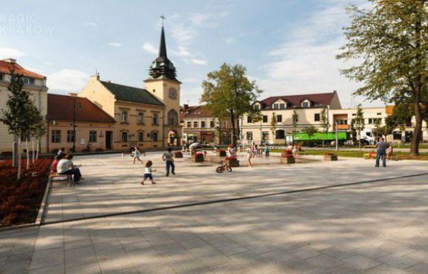 Koniec z całodziennym postojem samochodów na rynku w Skawinie
