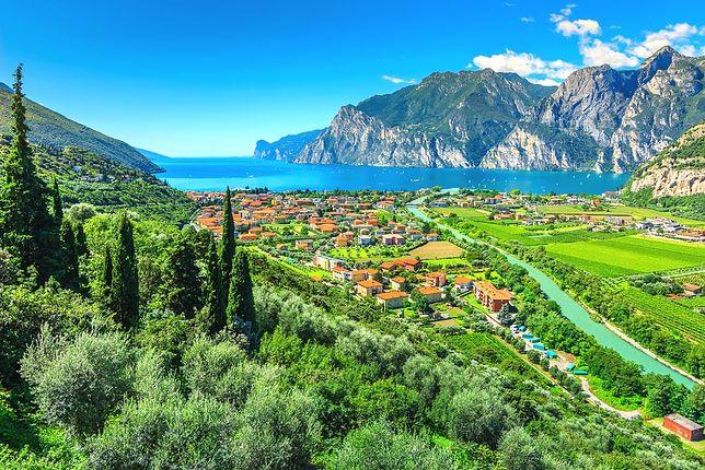 Okolice jeziora Garda we Włoszech to górzyste tereny, soczysta zieleń oraz mnóstwo miejsc noclegowych na każdą kieszeń