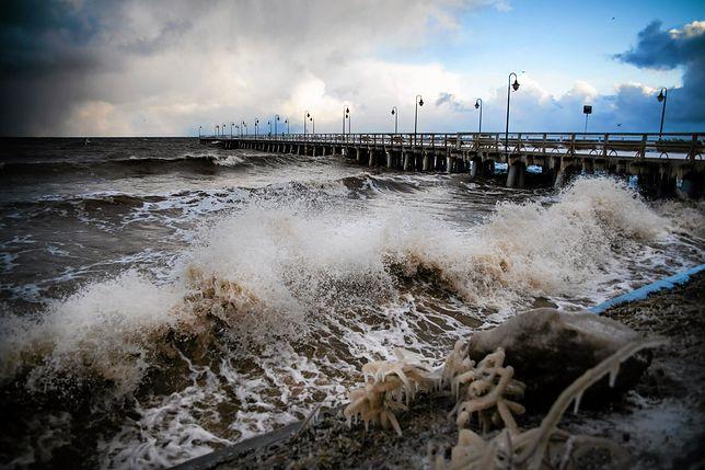 Z danych podawanych przez Instytut Meteorologii i Gospodarki Wodnej wynika, że wiatr, który smagał wybrzeże, wiał z prędkością 70 km/h, ale w porywach osiągał nawet 95 km/h
