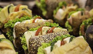 W pracy Polacy jedzą głównie kanapki