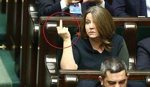 Joanna Lichocka zapewnia, że nie pokazała środkowego palca. Ekspert od mowy ciała komentuje