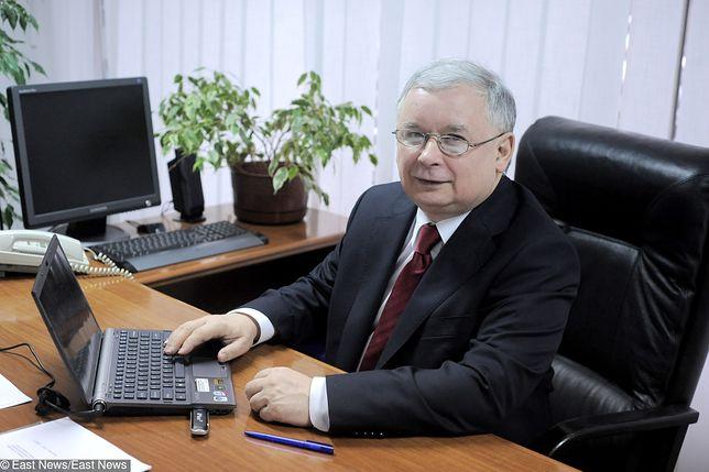 Prezes PiS Jarosław Kaczyński w swoim biurze