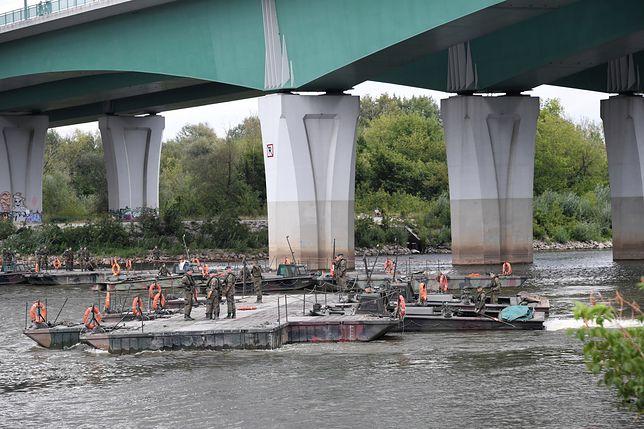 Warszawa. Oczyszczalnia ścieków Czajka. Rozpoczęto budowę mostu pontonowego