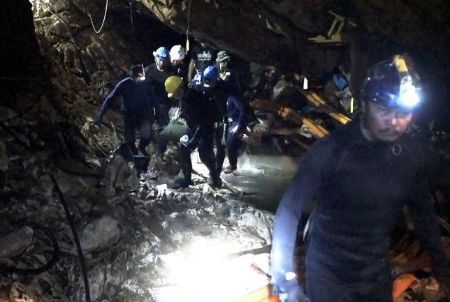12 chłopców i ich trener zostało we wtorek uratowanych z jaskini Tham Luang w tajlandii