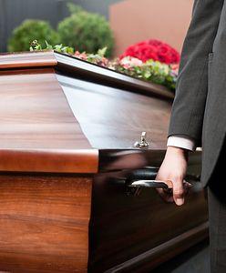 Skandal na pogrzebie w Stykowie. Grabarz zaczął piłować dziecięcą trumnę