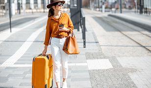 Pół-usztywniana walizka to stelaż pokryty trwale solidną tkaniną