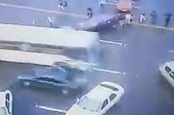 #dziejesiewmoto [338]: autobus jak taran, blokada karetki i zwyczaje Polaków