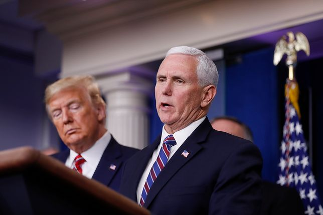Koronawirus na świecie. Wiceprezydent USA Mike Pence (z lewej: prezydent USA Donald Trump)