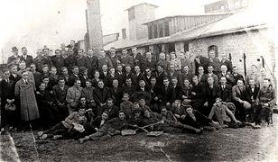 Pracownicy Huty Szkła w Gostyniu w 1938 r.