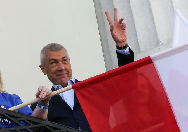 Roman Giertych pozdrawia uczestników Marszu Wolności organizowanego przez Platformę Obywatelską i Nowoczesną. Maj 2018 roku.