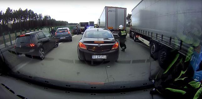 To jeden z przypadków, gdy ratownicy biegli autostradą do potrzebujących pomocy