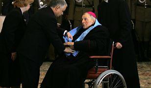 Uroczystość wręczenia odznaczeń z okazji Święta Niepodległości. Prezydent Lech Kaczyński wręcza odznaczenie arcybiskupowi Kazimierzowi Majdańskiemu