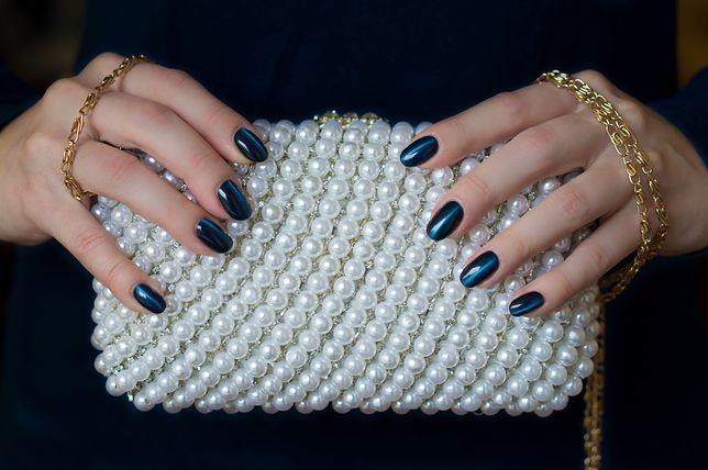 Mała torebka z delikatnym łańcuszkiem ozdobiona perełkami