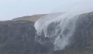 """Wiatr """"odwrócił bieg"""" wodospadu. Sztorm Callum pustoszy Wielką Brytanię"""