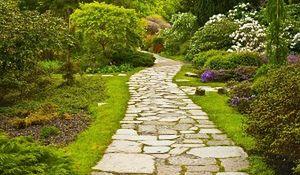 Kamienne nawierzchnie w ogrodzie. Pomysły i inspiracje