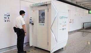 Kabina do dezynfekcji pasażerów. Stanęła na lotnisku w Hongkongu