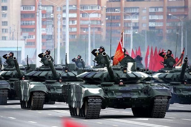 Czołgi T-72B3 podczas parady Dnia Zwycięstwa w Mińsku
