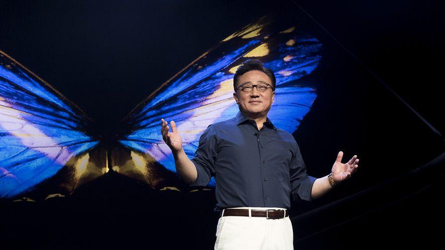 Prezes Samsunga podczas pokazu prototypu Galaxy Fold, źródło: materiały prasowe Samsung