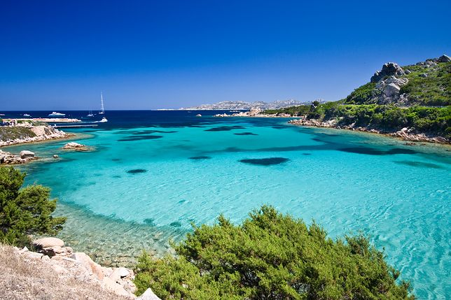 Sardynia wyróżnia się skalistymi wybrzeżami, piaszczystymi plażami, turkusowym kolorem wody i wiecznie zieloną roślinnością