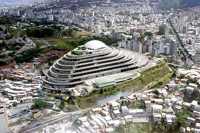 Położony na wzgórzu La Roca Tarpeya budynek miał być symbolem szybkiego rozwoju kraju