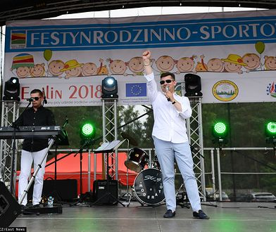 Zenek Martyniuk gra na imprezie grillowej