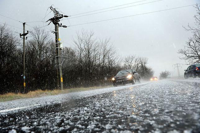 Po czwartkowych opadach śniegu niemal 300 tys osób jest pozbawionych prądu