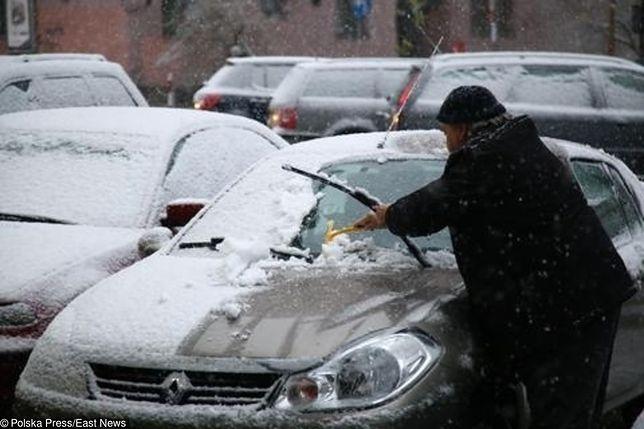 Niemal w całej Polsce od rana pada śnieg. Wieczorem najmocniej sypać będzie w stolicy