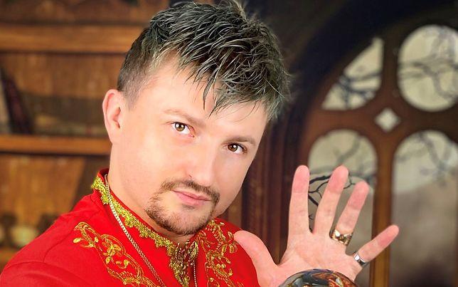 Łukasz Chariasz jest numerologiem, tarocistą i astrologiem