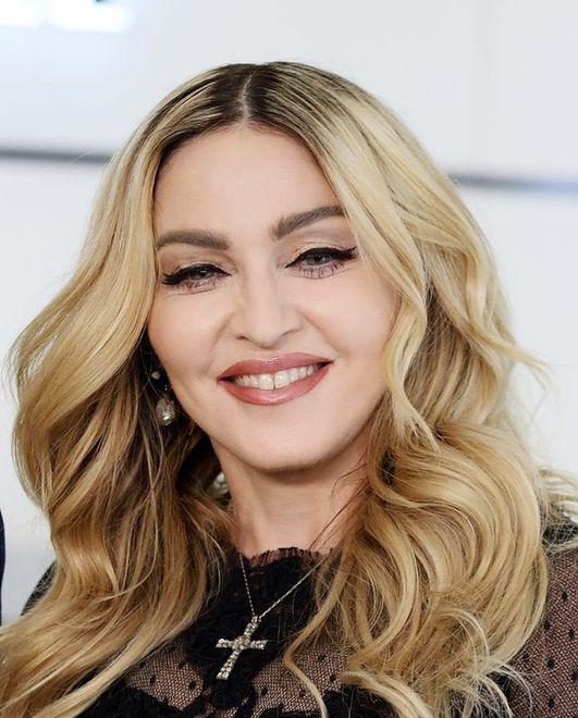 Chirurg Madonny chyba zapomniał o dłoniach gwiazdy