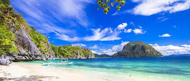 El Nido na Filipinach słynie z plaż białym piaskiem, raf koralowych oraz malowniczych wapiennych skał, porośniętych bujną roślinnością